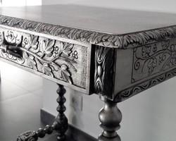 les-patines-du-var-petite-table-sculptee-relookee-argent-patine-noire-bormes-var.jpeg