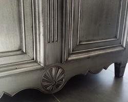 les-patines-du-var-detail-armoire-relookee-argent-patine-noire-bormes-var.jpeg